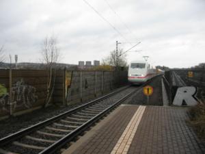ICE-Durchfahrt in Kassel-Oberzwehren; Hier trennt sich die Schnellfahrstrecke Kassel - Fulda von der Main-Weser-Bahn und Friedrich-Wilhelms-Nordbahn