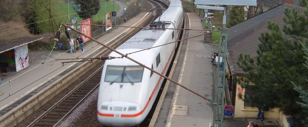 ICE-Durchfahrt in Bad Vilbel Süd