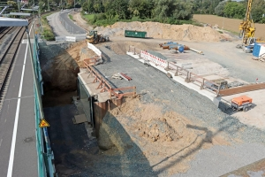 Bad Vilbel Süd mit neuem Bahndamm und Bf-Unterführung (Oktober 2021)