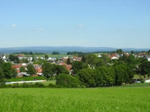 Burkhardsfelden mit Hoherodskopf im Hintergrund