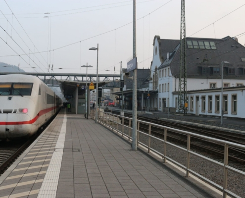 ICE 1075 Berlin - Frankfurt/M beim Halt in Marburg(Lahn)
