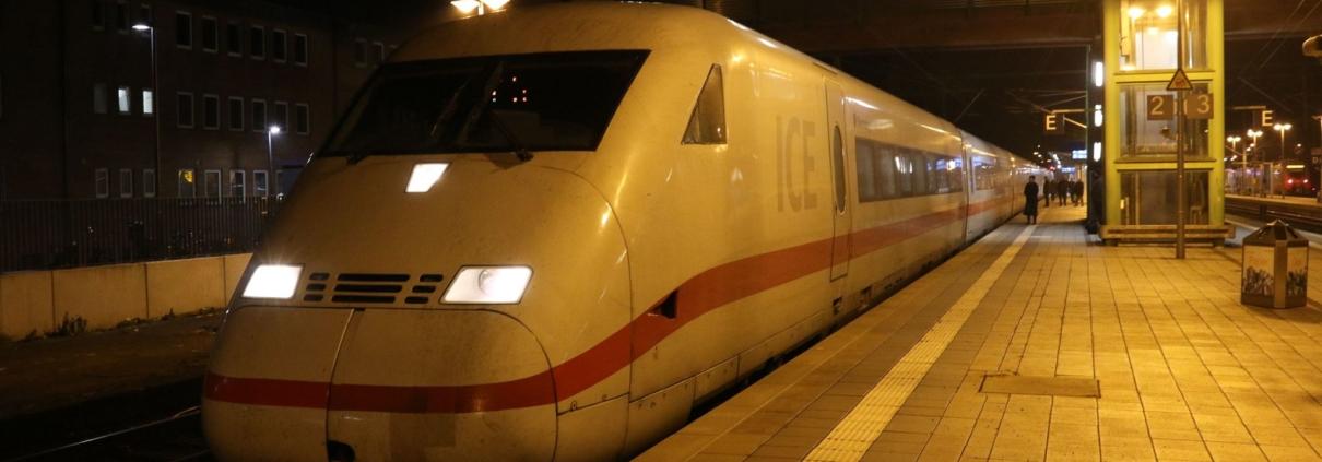 ICE 1076 Frankfurt/M - Berlin beim Halt in Gießen