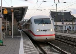 ICE 1076 bei der Abfahrt in Marburg(Lahn)