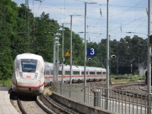 ICE-Durchfahrt in Stadtallendorf mit Formsignal